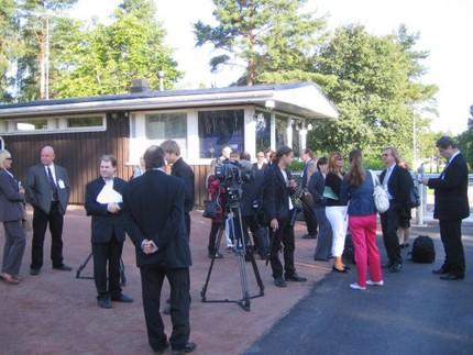 Pressen samlad utanför presidentens sommarresidens Gullranda i Nådendal.