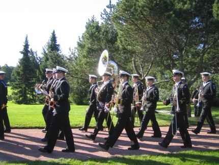 Flottans musikkår välkomnade kungligheterna med att spela både den svenska och den finländska nationalsången.