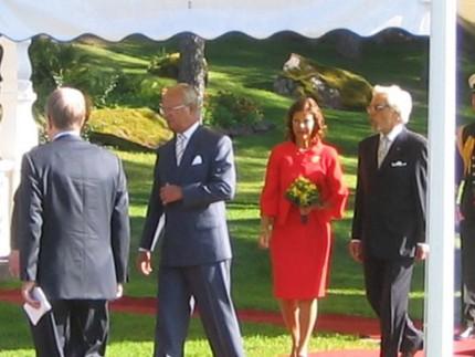 De svenska kungligheterna var vid gott mod. Silvia var klädd i läckert rött. Det är med andra ord inte bara kronprinsessan som gillar kärlekens färg!