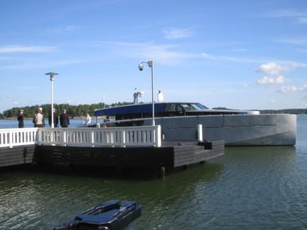 Kungaparet och presidentparet lämnade Gullranda med denna snygga båt. Ser nästan ut som en rymdfarkost. Enligt uppgift är den dessutom läckrare inuti!
