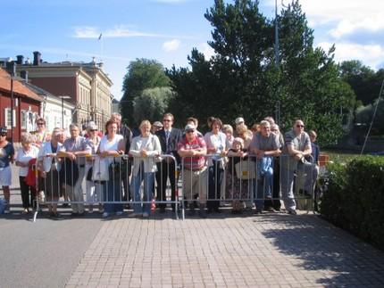 En del av alla de människor som samlats för att se kungaparet och presidentparet anlända till kajen i Åbo.