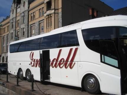 ... och kungligheternas buss väntade på vägen...